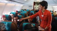 Dalam penerbangan Jakarta-Padang, seluruh awak pesawat Garuda Indonesia diawaki oleh perempuan, Jumat (21/4). Eksistensi perempuan ditampilkan Garuda Indonesia dalam rangka memperingati Hari Kartini. (Liputan6.com/Angga Yuniar)