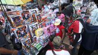 Suasana saat warga memilih mainan yang dijual di Pasar Gembrong, Jakarta, Selasa (19/6). Libur Lebaran dimanfaatkan sejumlah anak-anak untuk berburu mainan di Pasar Gembrong. (Liputan6.com/Angga Yuniar)
