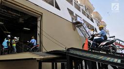 Petugas membawa motor pemudik ke atas KM Dobonsolo di Terminal Penumpang Nusantarapura, Pelabuhan Tanjung Priok, Jakarta (30/5/2019). Pemerintah menambah kuota mudik gratis bagi pemotor hingga 3 Juni mendatang. (merdeka.com/Iqbal S. Nugroho)
