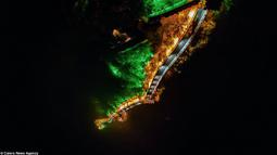 Sebuah drone menangkap gambar dari sudut yang unik dengan Lampu menerangi tembok Cina pada malam hari.  Pada 1987 tembok Cina di daftarkan sebagai warisan dunia oleh UNESCO, dan pada tahun 2007 tembok cina dinobatkan sebagai 7 keajaiban dunia. (Dailymail)