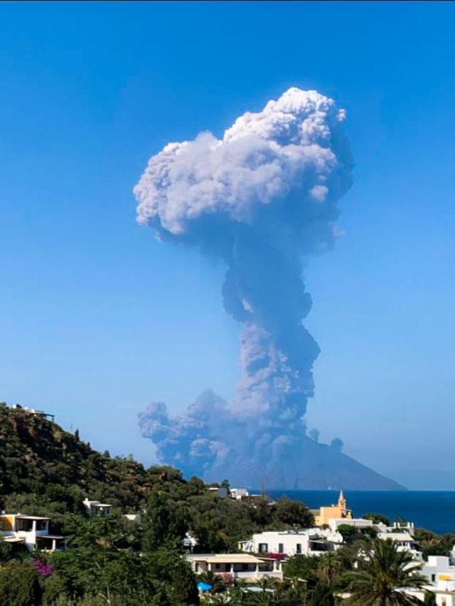 Pemandangan gunung berapi Stromboli dari Pulau Panarea di dekatnya. (AFP)