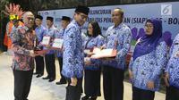 Wagub DKI Jakarta Sandiaga Uno memberi sertifikat pada guru saat peluncuran sistem SIAP BOS - BOP saat peluncurannya di Jakarta (2/5). Sistem ini menjawab kebutuhan layanan elektronik pengelolaan dana BOS dan BOP di sekolah. (Liputan6.com/Arya Manggala)