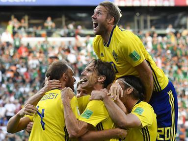 Para pemain Swedia merayakan gol Andreas Granqvist saat melawan Meksiko pada laga grup F Piala Dunia 2018 di Yekaterinburg Arena, Yekaterinburg, Rusia, (27/6/2018).  Swedia menang telak 3-0 atas Meksiko. (AP/Martin Meissner)