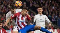 Striker Real Madrid, Gareth Bale (kiri), berduel dengan pemain Atletico Madrid, Angel Correa, pada laga pekan ke-12 La Liga Spanyol di Estadio Vicente Calderon, Sabtu (19/11/2016). (AFP/Curto De La Torre)