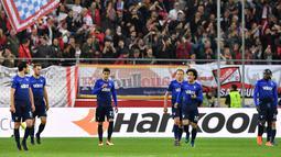Para pemain Lazio bereaksi setelah kalah telak dari Red Bull Salzburg pada leg kedua perempat final Liga Europa di Red Bull Arena, Jumat (13/4). Lazio gagal melangkah ke semifinal usai disingkirkan Salzburg 1-4. (AP/Kerstin Joensson)