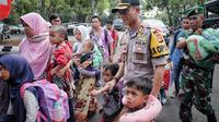 Kapolres Garut AKBP Budi Satria Wiguna menjemput korban gempa Donggala-Palu di Bandara Halim Perdanakusumah (Liputan6.com/Jayadi Supriadin)