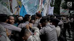 """Massa dari BEM SI terlibat saling dorong dengan polisi saat aksi longmarch menuju Istana Merdeka, Jakarta, Senin (22/5). Mereka membawa misi """"Tugu Rakyat"""" (Tujuh Gugatan Rakyat).(Liputan6.com/Faizal Fanani)"""