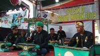 Posko mudik lebaran 2019 bertemakan budaya dengan mengenalkan salah satu gamelan Cirebon ke pemudik. Foto (Liputan6.com / Panji Prayitno)