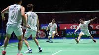 Pasangan Jepang Hiroyuki Endo/Yuta Watanabe mengembalikan kok kepada pasangan Indonesia Kevin Sanjaya Sukamuljo/Marcus Fernaldi Gideon pada laga final ganda putra All England 2020 di Birmingham, Inggris, Minggu (15/3/2020). Kevin/Marcus kalah dengan skor 18-21, 21-12, dan 19-21. (Oli SCARFF/AFP)