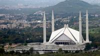 Suasana Masjid Faisal yang kosong selama lockdown parsial yang diberlakukan sebagai langkah pencegahan melawan COVID-19 di Islamabad, Pakistan (2/4/2020). (Xinhua/Ahmad Kamal)