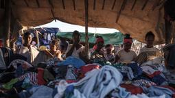 Sejumlah wanita membeli pakaian di sebuah kios pasar lokal di Kota Asosa, Ethiopia, Rabu (25/12/2019). (EDUARDO SOTERAS/AFP)