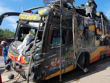 Kondisi bus tingkat yang ringsek setelah menabrak mobil-mobil yang diparkir di daerah Arequipa, Peru, Senin (6/1/2020). Akibat peristiwa itu sebanyak 14 orang tewas dan 40 lainnya terluka. (Photo by Javier Casimiro / AFP)