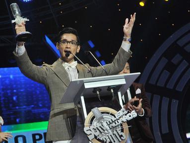 Afgan yang bernama lengkap Afgansyah Reza menyabet penghargaan sebagai Penyanyi Solo Paling Ngetop dalam ajang SCTV Music Awards 2015 di Studio 6 Emtek City, Jakarta, Rabu (6/5). (Liputan6.com/Herman Zakharia)