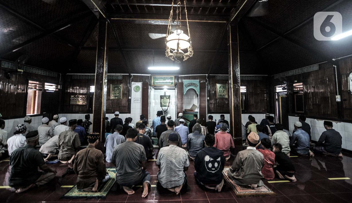 Jemaah saat menunaikan salat di Masjid Jami Al Alam, Cilincing, Jakarta, Kamis (22/4/2021). Tak banyak yang terjaga dari bangunan 'Tajuk' atau surau warisan Sunan Gunung Jati dan Raden Fatahillah ini. (merdeka.com/Iqbal S.Nugroho)