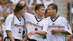 Ulf Kristen (kanan) terakhir bermain di Euro 2000 ketika menghadapi Timnas Portugal. Saat itu umurnya menginjak 34 tahun, 6 bulan, dan 16 hari. Ia merupakan penyerang andalan Timnas Jerman. Sebelum pensiun pada tahun 2003, ia telah membukukan 20 gol di 51 pertandingan. (Foto: AFP/Toshifumi Kitamura)