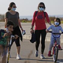 Warga berolahraga di Beirut, ibu kota Lebanon (26/12/2020). Penderita varian baru itu, menurut keterangan otoritas terkait, mengalami gejala penyakit ringan. (Xinhua/Bilal Jawich)