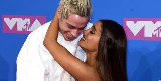 Ariana Grande dan Pete Davidson hadir di MTV Video Music Awards 2018 untuk pertama kalinya sebagai pasangan. (Jamie McCarthy/Cosmopolitan)