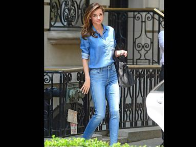 Model terkaya nomor dua di dunia, Miranda Kerr tidak butuh waktu lama untuk tampil cantik dihadapan publik, London, Kamis, (25/7/14) (dailymail.co.uk)