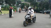 Menteri Energi Sumber Daya Mineral (ESDM) Republik Indonesia (RI), Ignasius Jonan, mencoba motor listrik hasil pengembangan Institut Teknologi Sepuluh Nopember (ITS), Surabaya dan Garansindo Group, Gesits. (Arief/Liputan6.com)