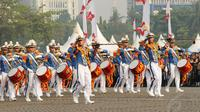 Tim Marching Band Taruna Akademi Militer memberikan hormat sesaat sebelum tampil memeriahkan HUT RI ke-69 di kawasan Tugu Monas, Jakarta, (31/8/2014). (Liputan6.com/Helmi Fithriansyah)