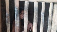 BM, orang dengan gangguan jiwa atau ODGJ yang dipasung atau dikerangkeng dalam kandang bambu di Banjarnegara. (Foto: Liputan6.com/RSI Banjarnegara/Ridlo)