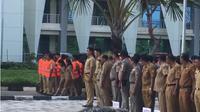 Sedikitnya 143 Aparatur Sipil Negara (ASN) di 38 organisasi perangkat daerah (OPD) Pemerintah provinsi Nusa Tenggara Timur (NTT) dikenakan rompi orange, karena dinilai malas dalam menjalankan tugas sebagai ASN. (Liputan6.com/Ola Keda)