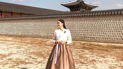 Valerie Tifanka berhasil tampil menawan dengan mengenakan hanbok dengan warna putih dan coklat. Gaya penampilan yang begitu menawan ini membuat aktris hits FTV Tanah Air terlihat begitu anggun. (Liputan6.com/IG/@valtifanka)