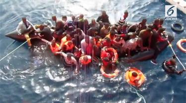 Layanan Penyelamatan Maritim Spanyol telah melakukan penyelamatan dramatis terhadap 60 migran dari perahu karet yang menenggelamkan mereka di Mediterania.