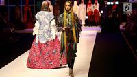 Model berjalan mengenakan busana muslim saat pembukaan Muffest 2018, Jakarta, Kamis (19/4). Selain fashion show, Muffest menyajikan pameran 200 merek fashion muslim yang berlangsung mulai 19 April hingga 22 April 2018. (Liputan6.com/Immanuel Antonius)