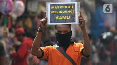 Petugas pengelola pasar melakukan kampanye dengan membawa poster kepada pedagang di Pasar Jatinegara, Jakarta, Kamis (11/6/2020). Kampanye ini sebagai bentuk kepedulian terhadap pedagang dan pembeli pasar untuk saling mengingatkan guna menekan penyebaran Corona COVID-19. (merdeka.com/Imam Buhori)