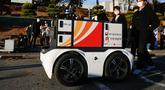 Sebuah robot pengantar dipamerkan di Kampus Sejong Universitas Korea di Kota Sejong, Korea Selatan, pada 28 Oktober 2020. Kampus itu mengadakan acara untuk mendemonstrasikan layanan pengiriman pos dan surat nirawak menggunakan robot otomatis dan kendaraan nirawak. (Xinhua/Wang Jingqiang)