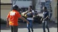AKBP Roni Faisal Saiful saat menyelamatkan seorang bocah dari ledakan bom bunuh diri di Polrestabes Surabaya (Liputan6.com/Dian)