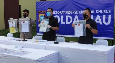 Polda Riau saat memperlihatkan barang bukti kejahatan perbankan di BJB Pekanbaru.