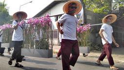 Peserta membawa tanaman saat mengikuti pawai taaruf Musabaqah Tilawatil Quran (MTQ) tingkat Kota Tangerang Selatan di Alam Sutera, Serpong Utara, Senin (9/9/2019). Pawai taaruf ini diikuti kecamatan se-Kota Tangerang Selatan. (merdeka.com/Arie Basuki)