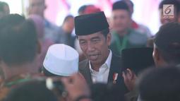 Presiden Jokowi berbincang saat mengunjungi Pondok Pesantren Miftahul Huda, Tasikmalaya, Jawa Barat, Rabu (27/2). Kedatangan Jokowi merupakan bagian dari rangkaian Penyaluran KUR Ketahanan pangan dan aksi ekonomi untuk rakyat. (Liputan6.com/Angga Yuniar)