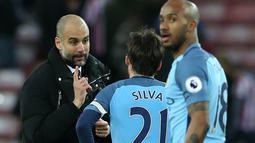 Pelatih Manchester City, Pep Guardiola (kiri) memberikan instruksi khusus kepada Daid Silva saat melawan Sunderland pada laga Premier League di Stadium of Light, Sunderland, (5/3/2017). Manchester City menang 2-0.  (AFP/Scott Heppell)