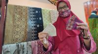 Masker songket kain khas Sumsel yang laris manis saat pandemi Covid-19 (Liputan6.com / Nefri Inge)