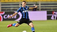 Gelandang Inter Milan, Nicolo Barella, menendang bola saat melawan Parma pada laga Serie A di Stadion Ennio Tardini, Minggu (28/6/2020). Inter Milan menang 2-1 atas Parma. (AP/Marco Alpozzi)