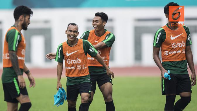 Pemain Timnas Indonesia, Riko Simanjuntak, tertawa saat latihan di Stadion Wibawa Mukti, Jawa Barat, Selasa (6/11). Latihan ini merupakan persiapan jelang Piala AFF 2018. (Bola.com/Vitalis Yogi Trisna)#source%3Dgooglier%2Ecom#https%3A%2F%2Fgooglier%2Ecom%2Fpage%2F%2F10000