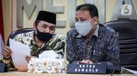 Ketua Bawaslu RI Abhan (kanan) saat menyampaikan keterangan pers di Kantor Bawaslu RI, Jakarta, Selasa (14/7/2020). Bawaslu menemukan  4.411 penyelenggara pemilihan dinyatakan tidak memenuhi syarat. (Liputan6.com/Faizal Fanani)