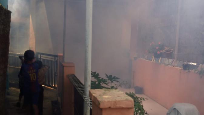 Proses Fogging salah satu rumah warga di Kabupaten Garut, Jawa Barat (Liputan6.com/Jayadi Supriadin)#source%3Dgooglier%2Ecom#https%3A%2F%2Fgooglier%2Ecom%2Fpage%2F%2F10000