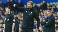 Pelatih Liverpool, Juergen Klopp, memberikan instruksi kepada anak asuhnya saat melawan Everton pada laga Premier League di Stadion Goodison Park, Liverpool, Sabtu (7/5/2018). Kedua klub bermain imbang 0-0. (AFP/Lindsey Parnaby)