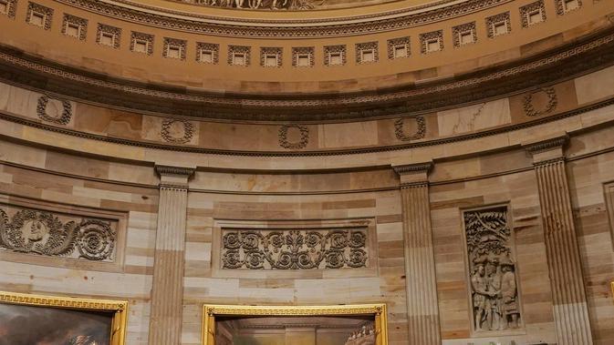 Presiden AS Donald Trump dan Melania Trump memberikan penghormatan terakhir kepada George HW Bush di Gedung Capitol, Washington, Senin (3/12). Jenazah Presiden ke-41 AS itu disemayamkan di Rotunda Capitol Hill selama beberapa hari. (MANDEL NGAN/ AFP)