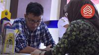 Seorang karyawan swasta tengah bertanya kepada pihak bank mengenai syarat dan prosedur pengajuan Kredit Pemilikan Rumah (KPR).