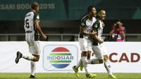 Para pemain PS Tira merayakan gol yang dicetak Aleksandar Rakic ke gawang PSMS Medan pada laga Liga 1 di Stadion Pakansari, Jawa Barat, Rabu (5/12). PSMS kalah 2-4 dari PS Tira. (Bola.com/Yoppy Renato)
