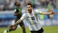 Gelandang Argentina, Lionel Messi, merayakan gol yang dicetaknya ke gawang Nigeria pada laga grup D Piala Dunia di Stadion St Petersburg, St Petersburg, Selasa (26/6/2018)/ Argentina menang 2-1 atas Nigeria. (AP/Petr Josek)