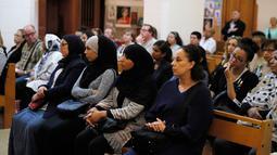 Umat muslim bersama umat Katolik menghadiri misa di gereja Saint-Leu – Saint-Gilles Bagnolet's, di Prancis, Minggu (31/7). Muslim di penjuru Prancis menghadiri misa sebagai solidaritas atas pembunuhan seorang pastor oleh militan Islam. (Thomas Samson/AFP)