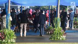 Panglima TNI Hadi Tjahjanto saat tiba menghadiri upacara Peringatan HUT ke-72 TNI AU di Lanud Halim Perdanakusuma, Jakarta, Senin (9/4). (Merdeka.com/Imam Buhori)