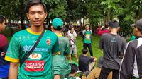 Satu di antara anggota Singa Mania, Bramantyo, menguras tabungan untuk menyaksikan duel PSMS vs Sriwijaya FC di SUGBK, Sabtu (17/2/2018). (Bola.com/Zulfirdaus Harahap)