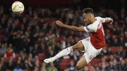 Striker Arsenal, Pierre-Emerick Aubameyang, melepaskan tendangan ke gawang Vorskla pada laga Liga Europa di Stadion Emirates, London, Kamis (20/9/2018). Arsenal menang 4-2 atas Vorskla. (AP/Kirsty Wigglesworth)